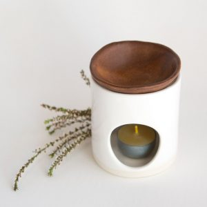 KIM WALLACE – Oil Burner (classic white base)(rust dish)