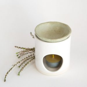 KIM WALLACE – Oil Burner (classic white base)(speckled green dish)